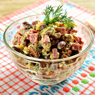 Салат с консервированной фасолью и сухариками - рецепт с фото