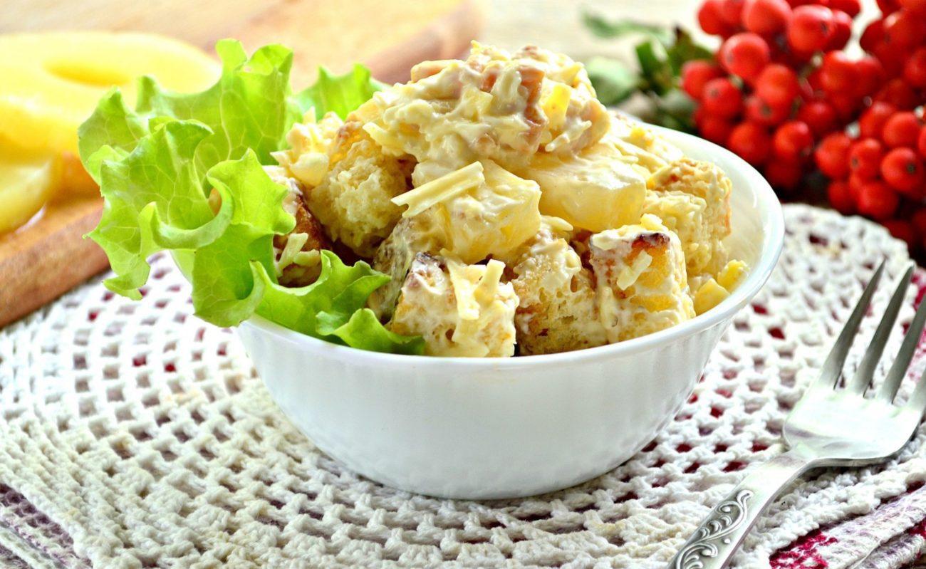Салат с куриной грудкой и ананасами