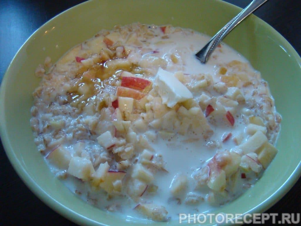 Фото рецепта - Овсяная каша с яблоками и медом - шаг 5