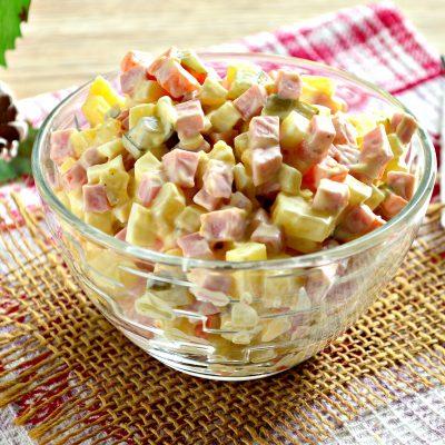 Оливье с вареной колбасой и солеными огурцами - рецепт с фото