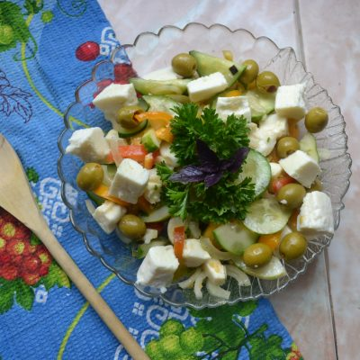 Греческий салат с оливками и домашней брынзой - рецепт с фото