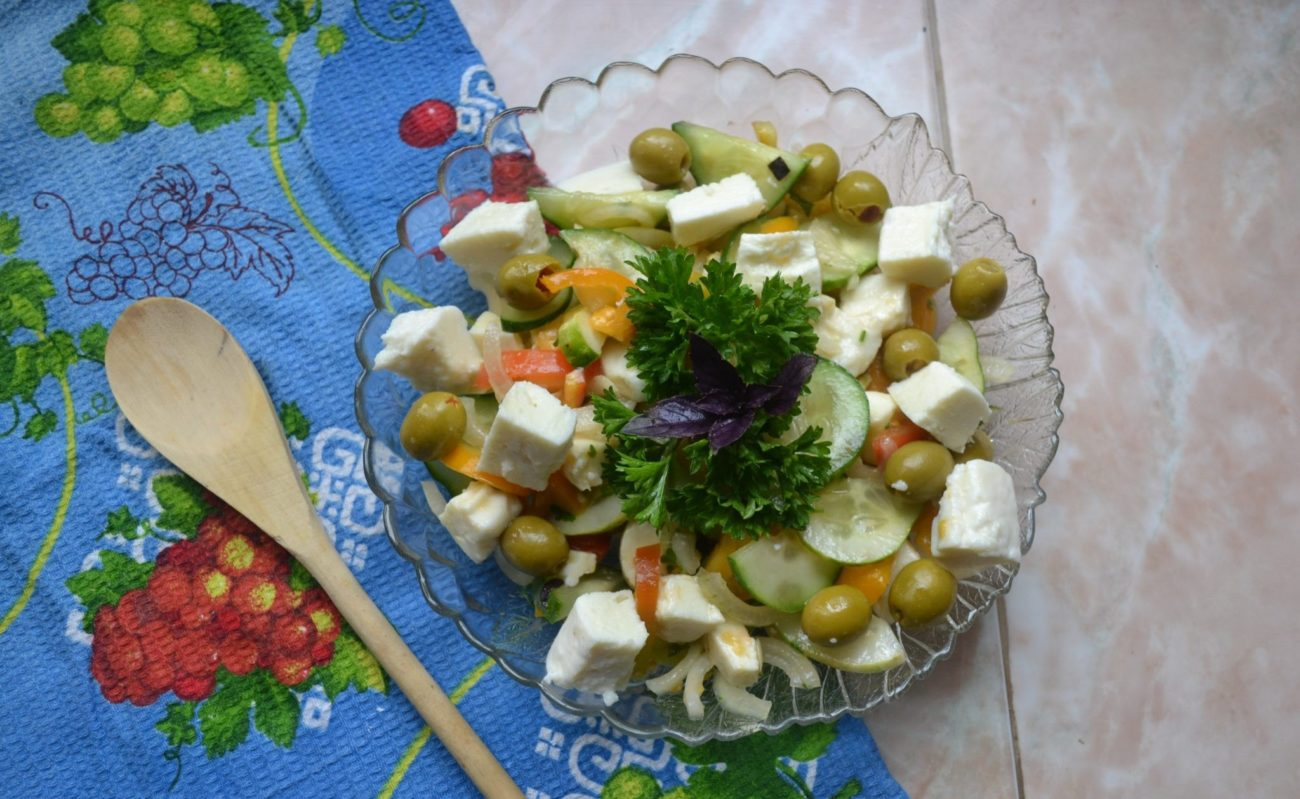 Греческий салат с оливками и домашней брынзой
