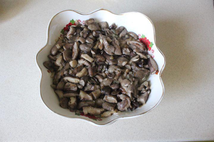 """Фото рецепта - Салат """"Бабье лето"""" с лесными грибами - шаг 12"""