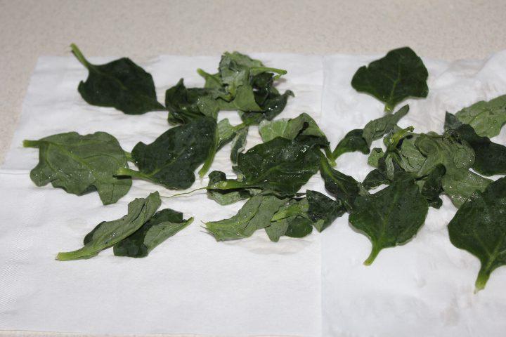 "Фото рецепта - Салат ""Цезарь"" с шпинатом - шаг 9"
