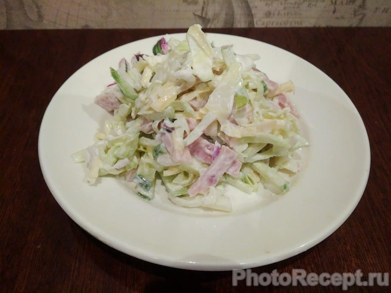Салат из капусты, огурцов, ветчины и сыра