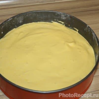 Фото рецепта - Шарлотка с карамелизированной вишней и яблоками - шаг 5