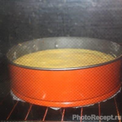 Фото рецепта - Шарлотка с карамелизированной вишней и яблоками - шаг 6