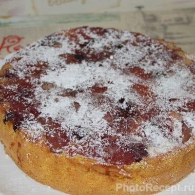 Фото рецепта - Шарлотка с карамелизированной вишней и яблоками - шаг 8