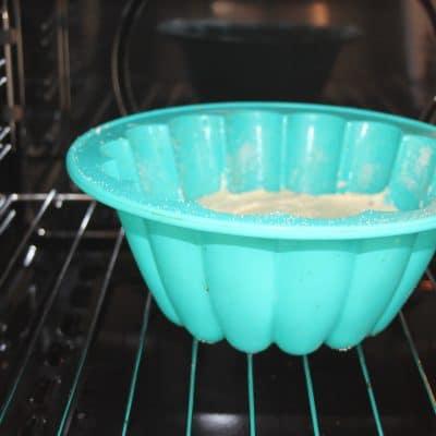 Фото рецепта - Творожная запеканка с манкой и изюмом - шаг 5