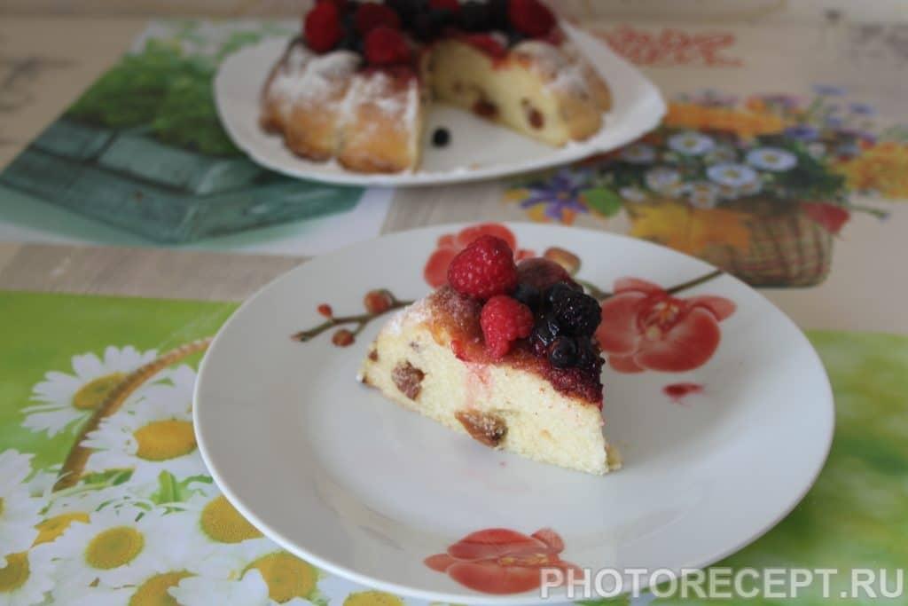 Фото рецепта - Творожная запеканка с манкой и изюмом - шаг 7