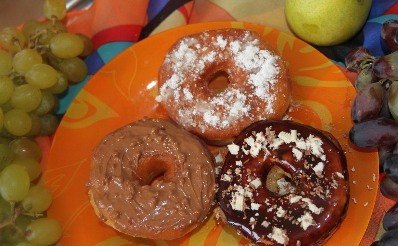 Пончики с шоколадной глазурью и сахарной пудрой