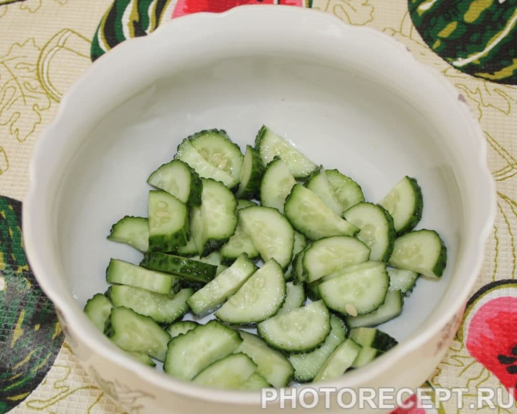 Фото рецепта - Греческий салат с виноградом и без лука - шаг 2