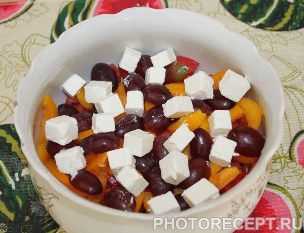 Фото рецепта - Греческий салат с виноградом и без лука - шаг 6
