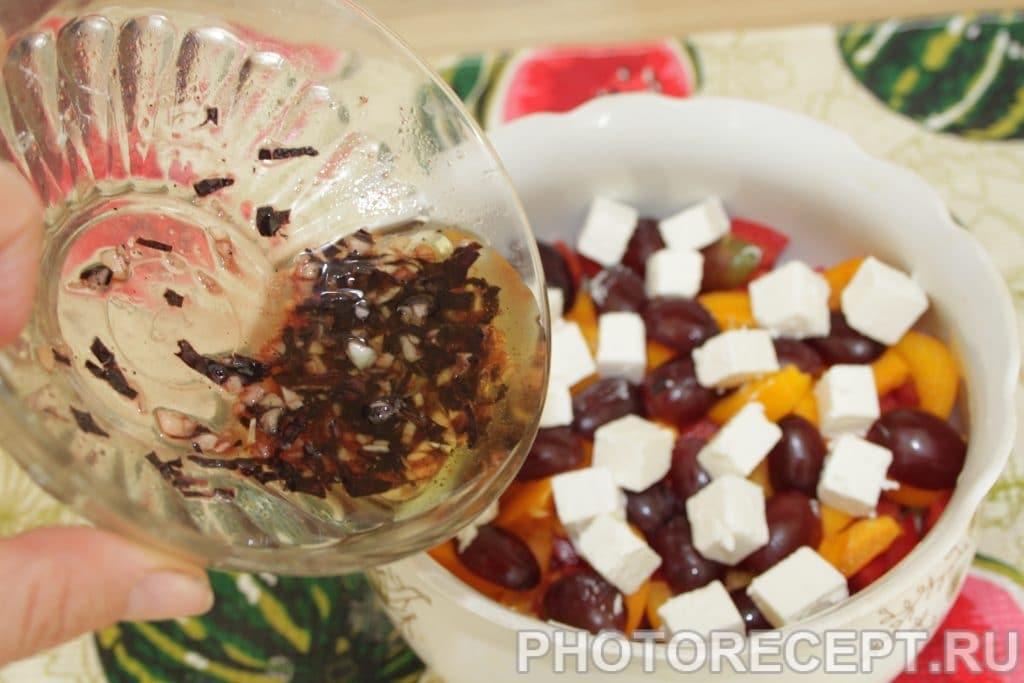 Фото рецепта - Греческий салат с виноградом и без лука - шаг 7