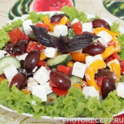 Фото рецепта - Греческий салат с виноградом и без лука - шаг 8