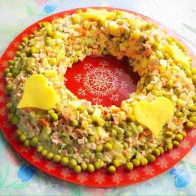 Классический салат Оливье с курицей - рецепт с фото