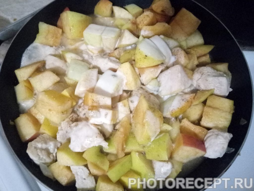 Фото рецепта - Куриное филе с яблоками и луком - шаг 6