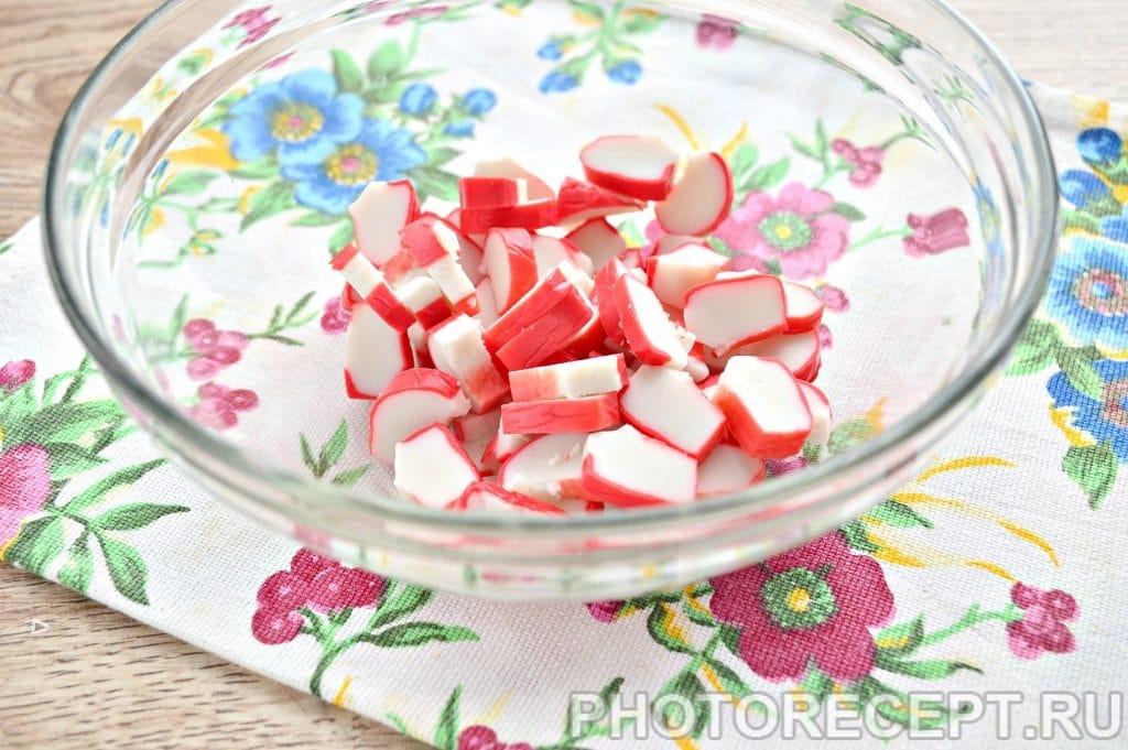 Фото рецепта - Салат с крабовыми палочками и ветчиной - шаг 1