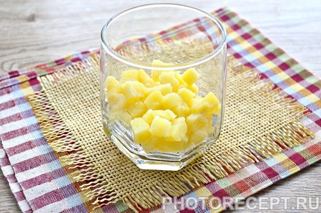 Фото рецепта - Слоеный салат в бокалах с курицей и гранатом - шаг 1