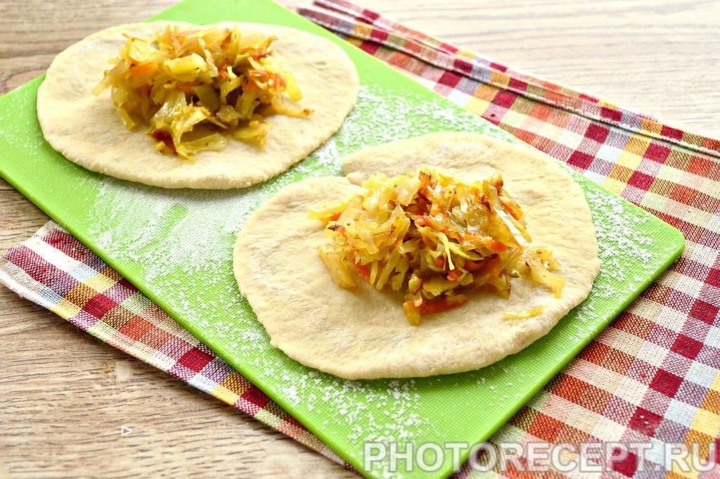 Фото рецепта - Жареные пирожки с капустой - шаг 10