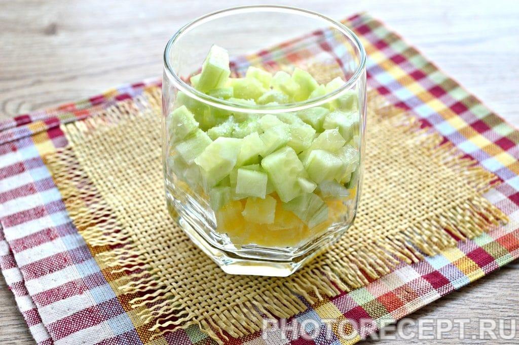 Фото рецепта - Слоеный салат в бокалах с курицей и гранатом - шаг 2