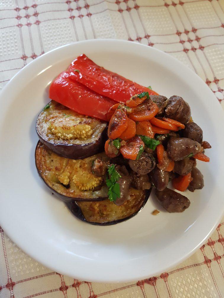 Фото рецепта - Нежные куриные сердечки с овощами - шаг 7
