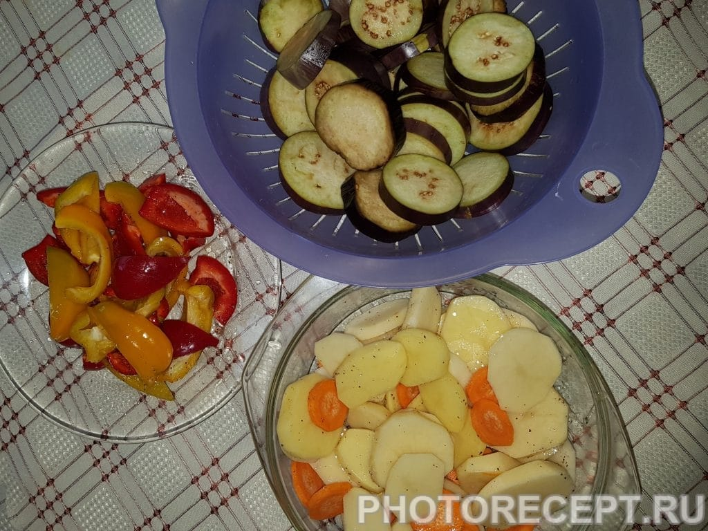 Фото рецепта - Картофель с овощами запеченный в духовке - шаг 2