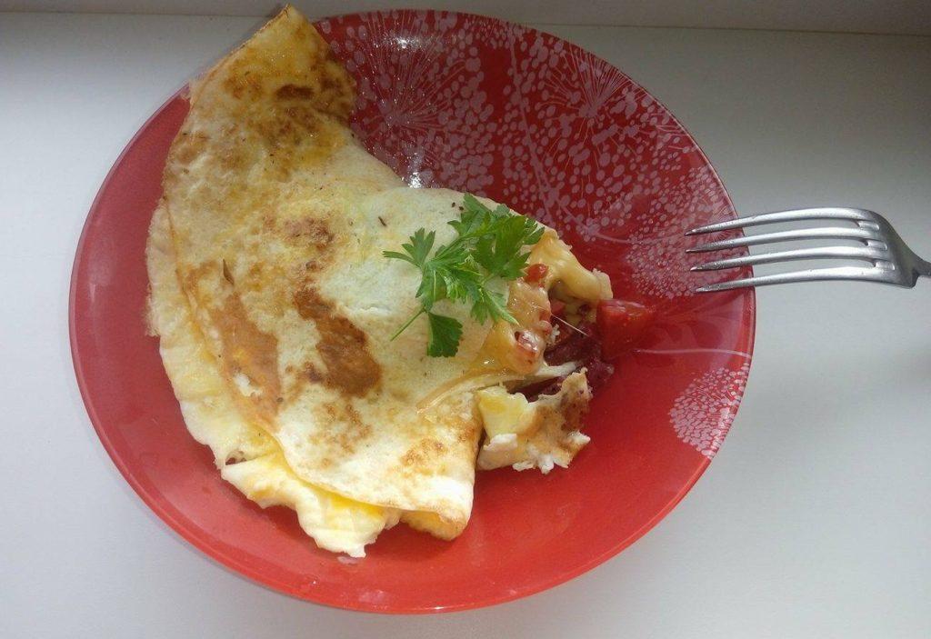Фото рецепта - Омлет с колбасой и помидорами - шаг 6