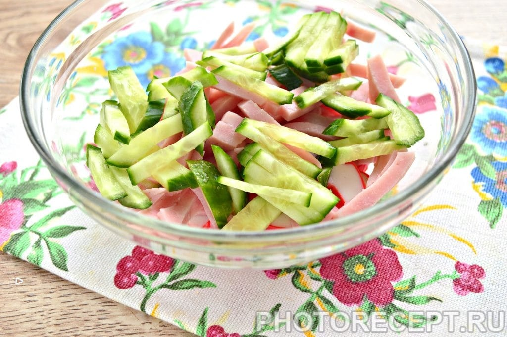 Фото рецепта - Салат с крабовыми палочками и ветчиной - шаг 3