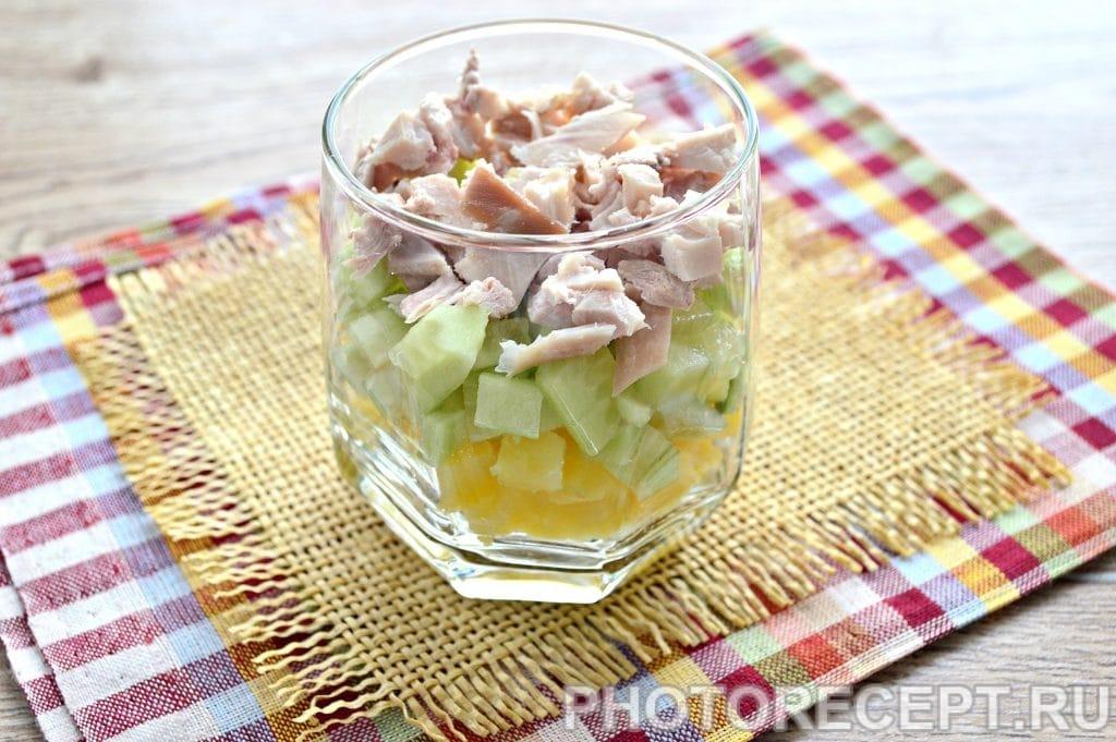 Фото рецепта - Слоеный салат в бокалах с курицей и гранатом - шаг 3