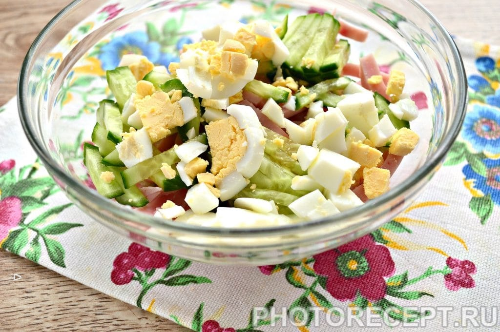 Фото рецепта - Салат с крабовыми палочками и ветчиной - шаг 4