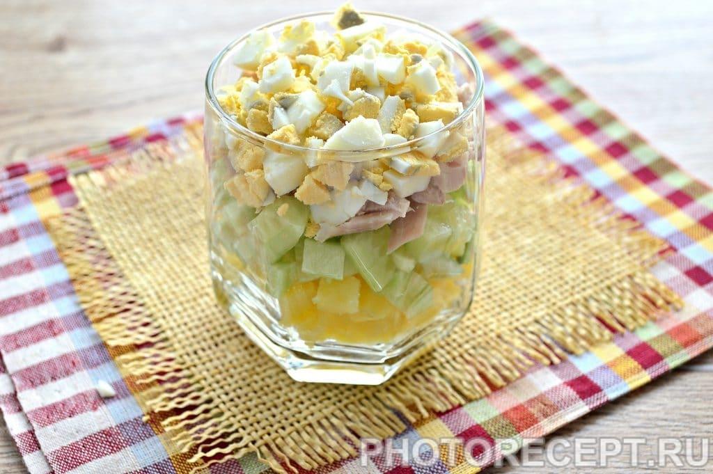 Фото рецепта - Слоеный салат в бокалах с курицей и гранатом - шаг 4
