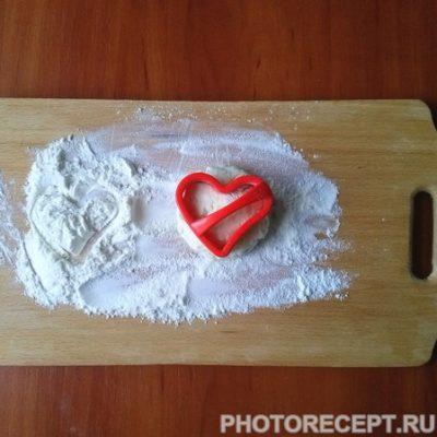 """Фото рецепта - Сырники из творога с манкой """"Сладкие сердца"""" - шаг 5"""