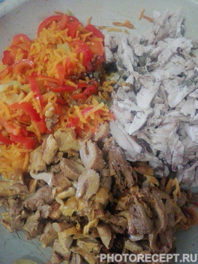 Фото рецепта - Теплый салат с грибами и курицей - шаг 7