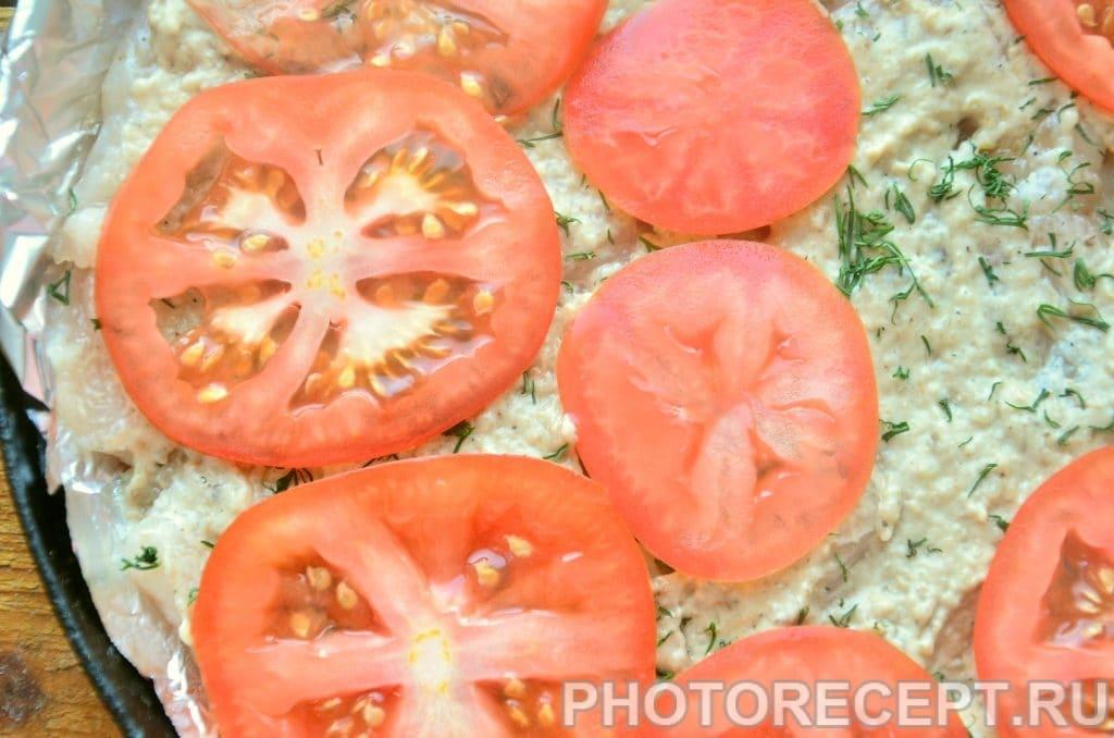 Фото рецепта - Куриное филе, запеченное под грибным соусом и помидорами - шаг 5