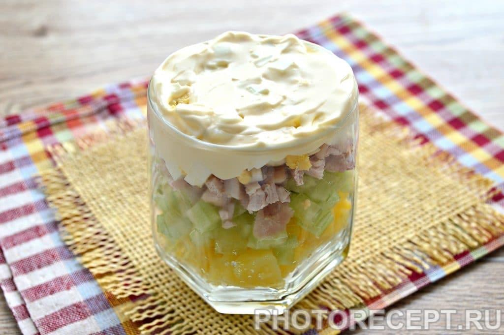 Фото рецепта - Слоеный салат в бокалах с курицей и гранатом - шаг 5
