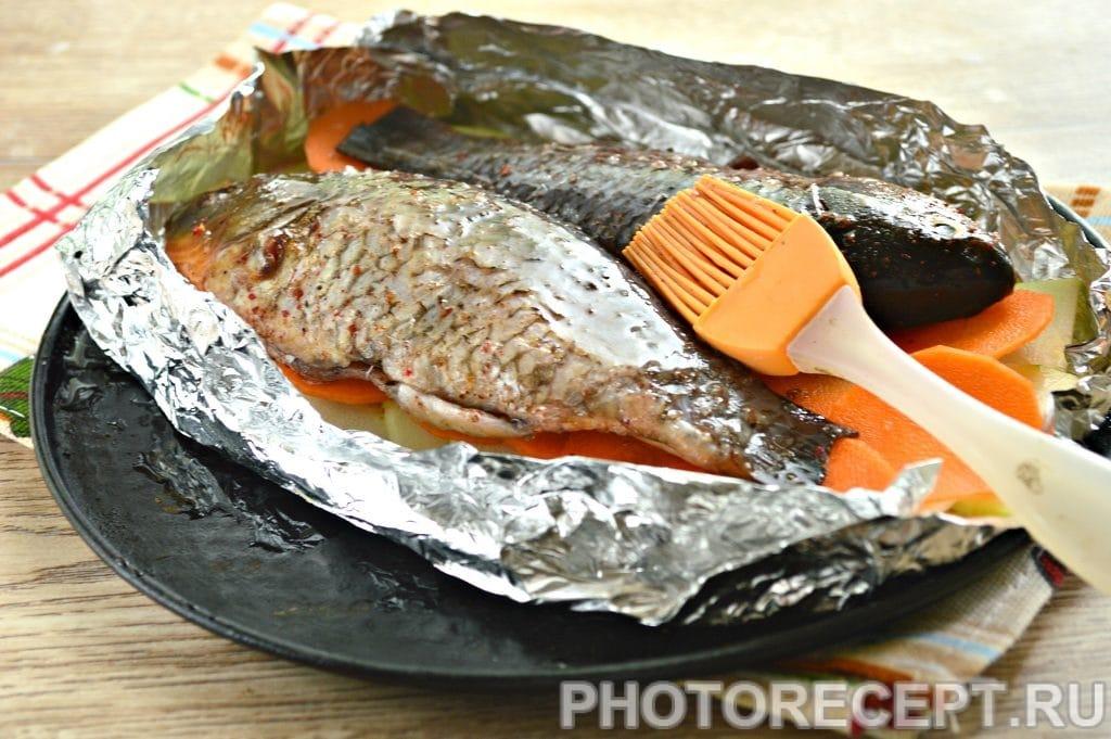 Фото рецепта - Карась в фольге на овощной подушке - шаг 5