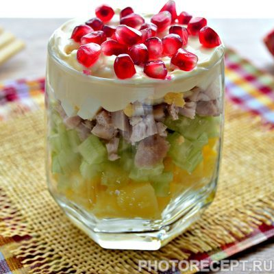 Слоеный салат в бокалах с курицей и гранатом - рецепт с фото