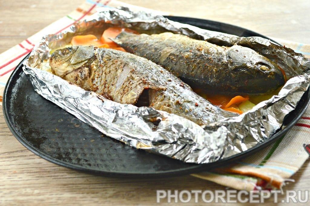 Фото рецепта - Карась в фольге на овощной подушке - шаг 7