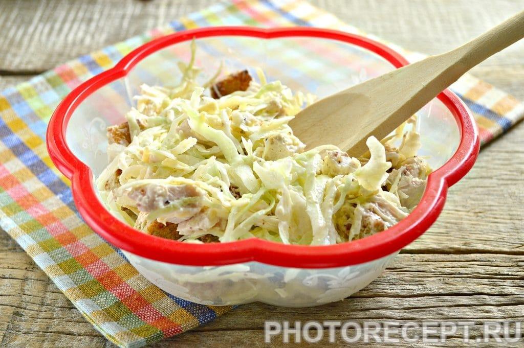 Фото рецепта - Простой салат Цезарь с белокочанной капустой - шаг 8
