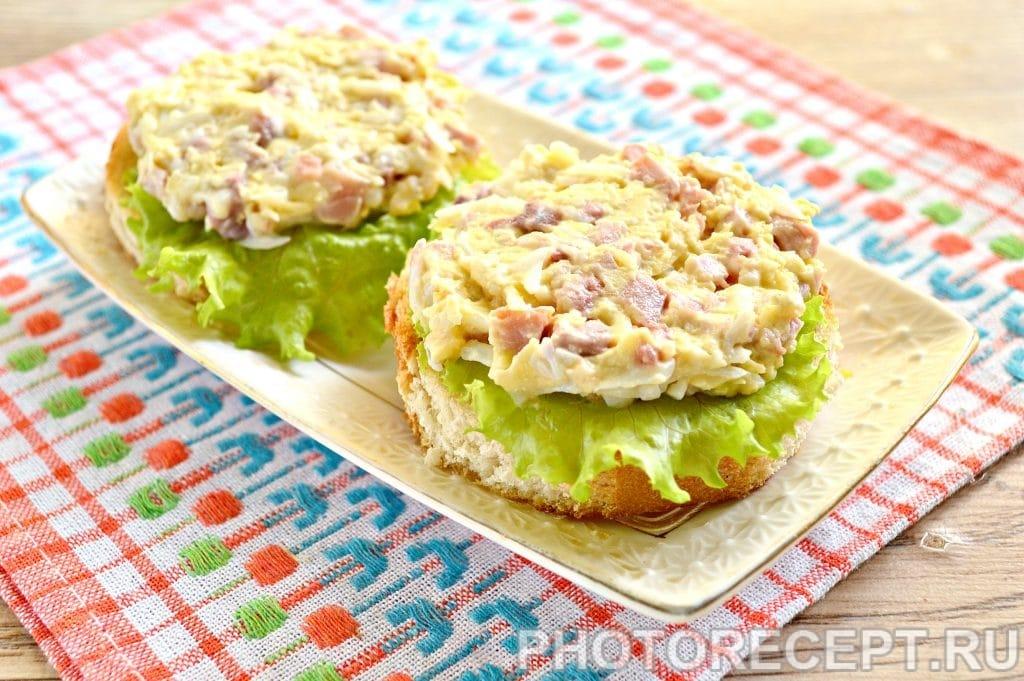 Фото рецепта - Праздничные бутерброды с копченой курицей - шаг 9