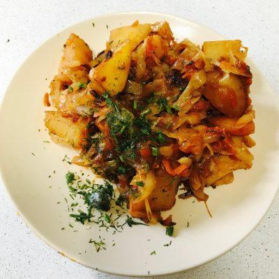 Тушеная капуста с картошкой - рецепт с фото