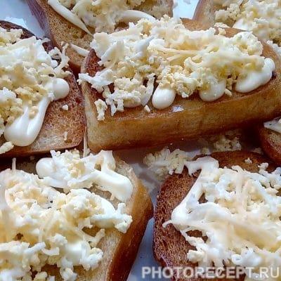 Ароматные бутерброды на чесночных гренках - рецепт с фото