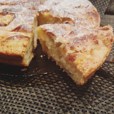 Классическая шарлотка с кислыми яблоками - рецепт с фото
