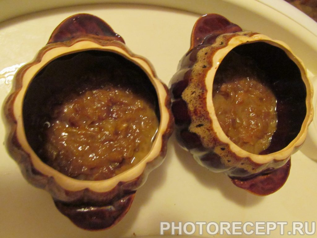 Фото рецепта - Классический луковый суп в горшочках - шаг 7