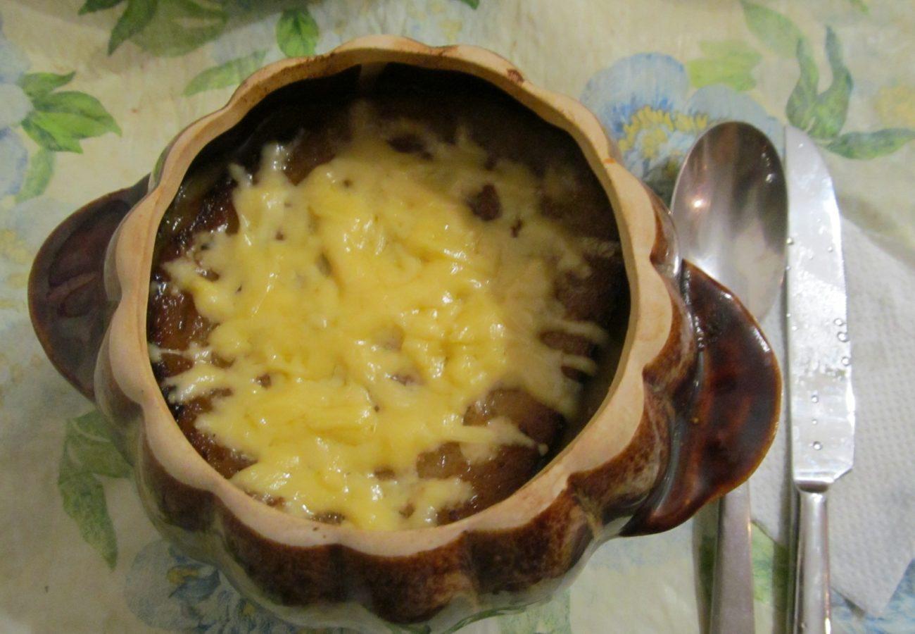 Классический луковый суп в горшочках