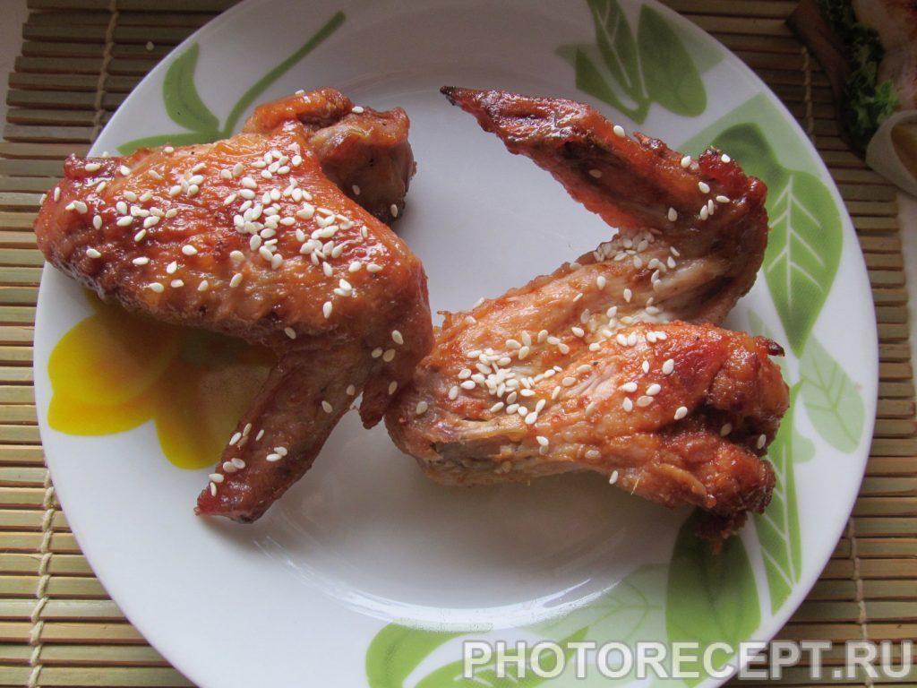 Фото рецепта - Куриные крылышки в медовом соусе с кунжутом - шаг 6