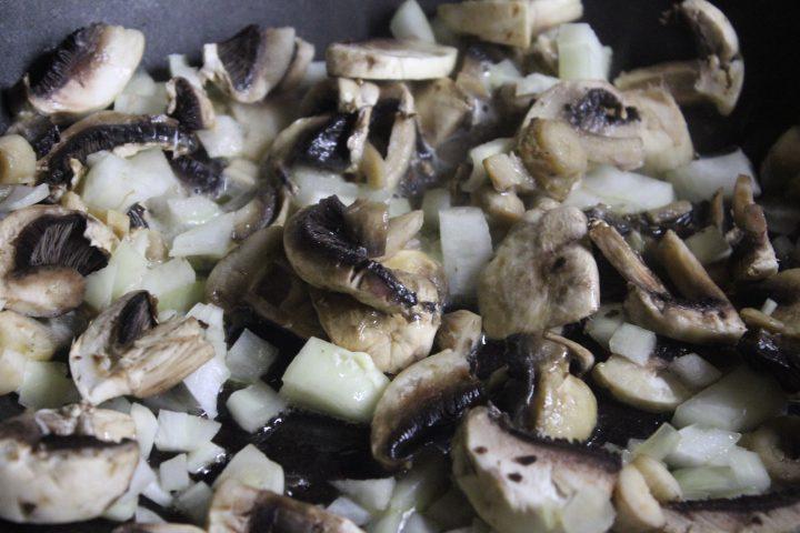 Фото рецепта - Мясо в горшочках с ароматной заправкой - шаг 5