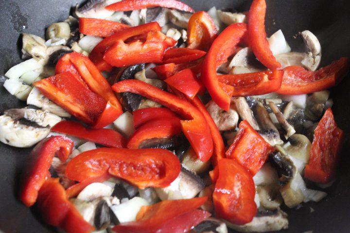 Фото рецепта - Мясо в горшочках с ароматной заправкой - шаг 6