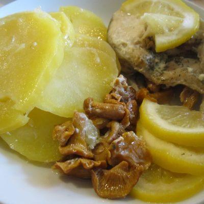 Запечённый в фольге минтай с картофелем и грибами - рецепт с фото